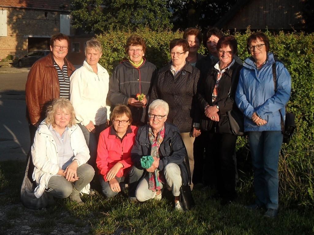 Garfelener_Frauengruppe_Lippegaense-_im_Dorfgarten